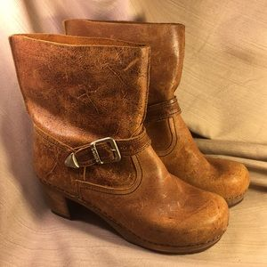 Sanita NWOT distressed leather buckle wooden boots